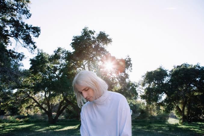 L'isolement, thématique de la nouvelle vidéo « Something Comforting » de Porter Robinson