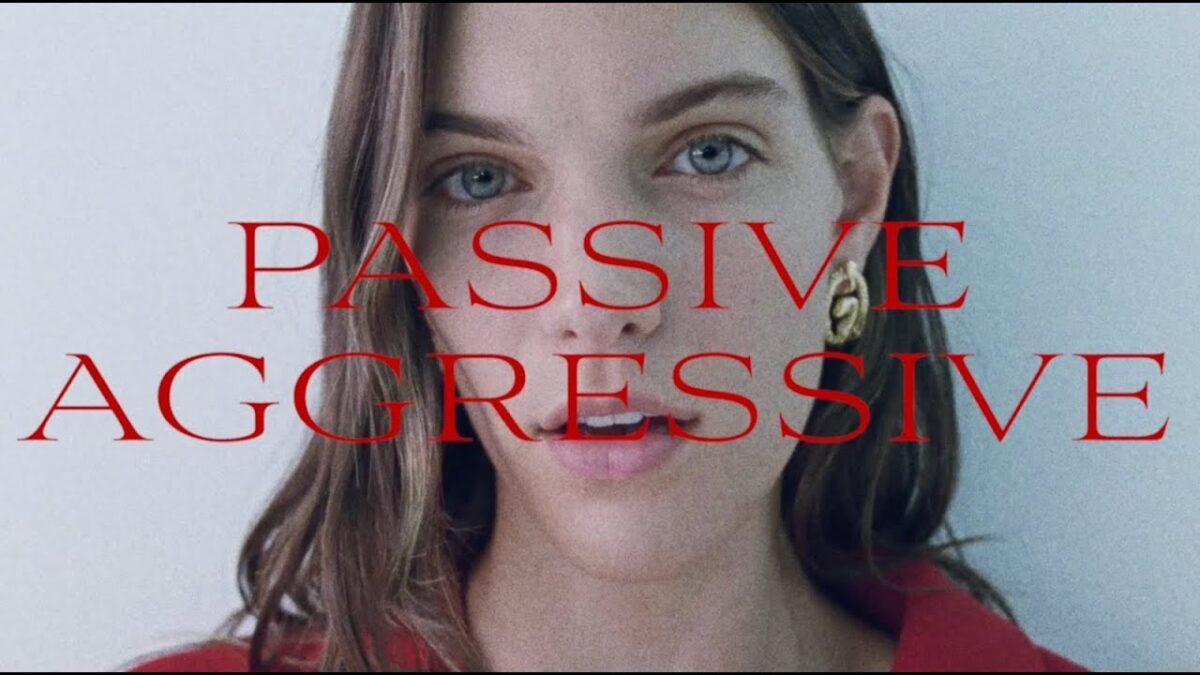 Charlotte Cardin sort sa nouvelle chanson, Passive Aggressive, avec un vidéoclip