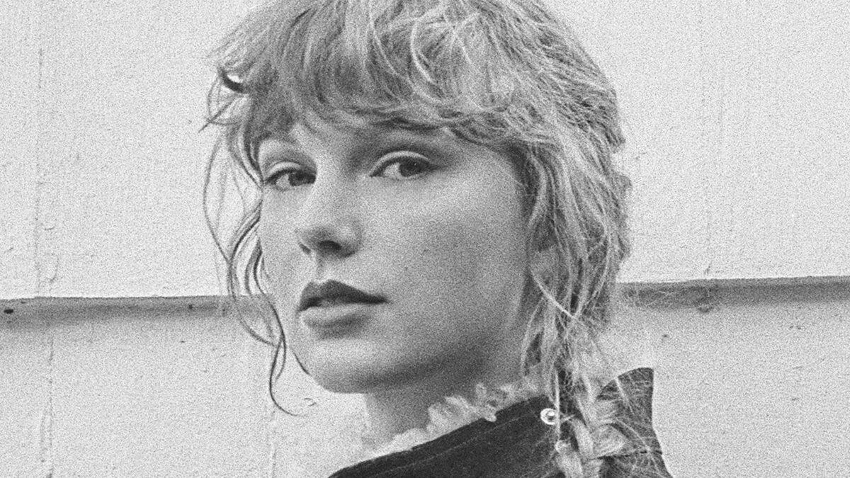 Taylor Swift lance un deuxième album surprise, evermore